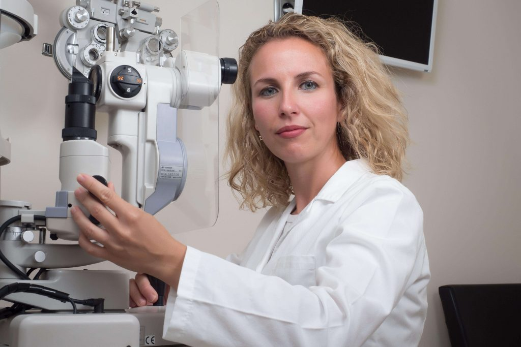Dra. Salomé Abenza en diagnóstico ocular